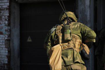 Norskt soldat äntrar en byggnad