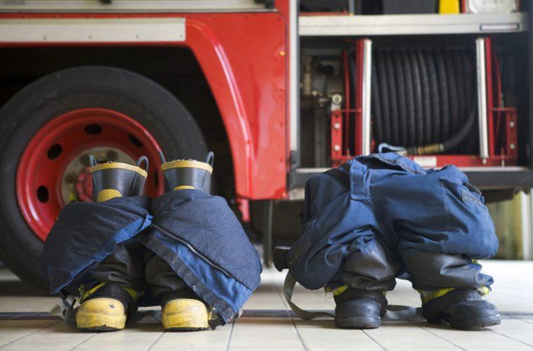 Två stövlar på golvet av en brandstation