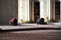 Två män ber i en moské