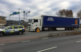 Trafikpolisen klampar en Rumänsk transport som brutit mot cabotagebestämmelserna