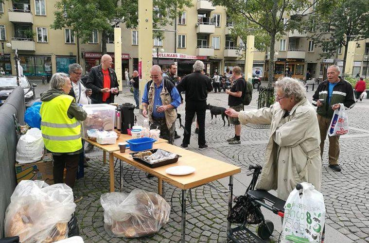 Hemlösa och pensionärer bjuds på mat och fika.
