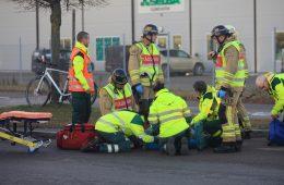 Brandmän hjälper till vid en trafikolycka