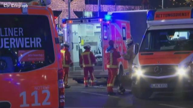 Räddningspersonal i Berlin hjälper skadade efter attentatet