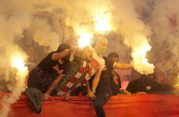 Facklor och maskering under en fotbollsmatch