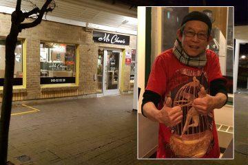 Joakim gör tummarna upp utanför sin restaurang.