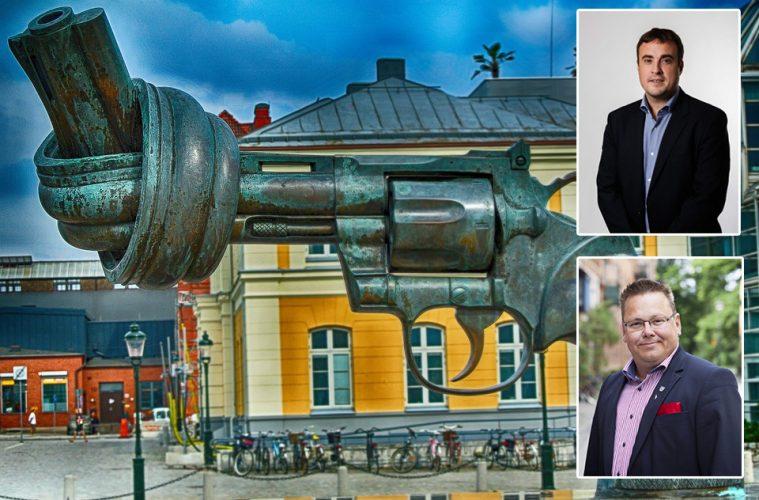Magnus Olsson (SD) och John Roslund (M) framför icke-våldsstaty