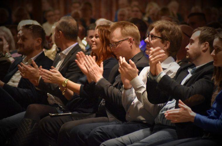 Politiker klappar händerna