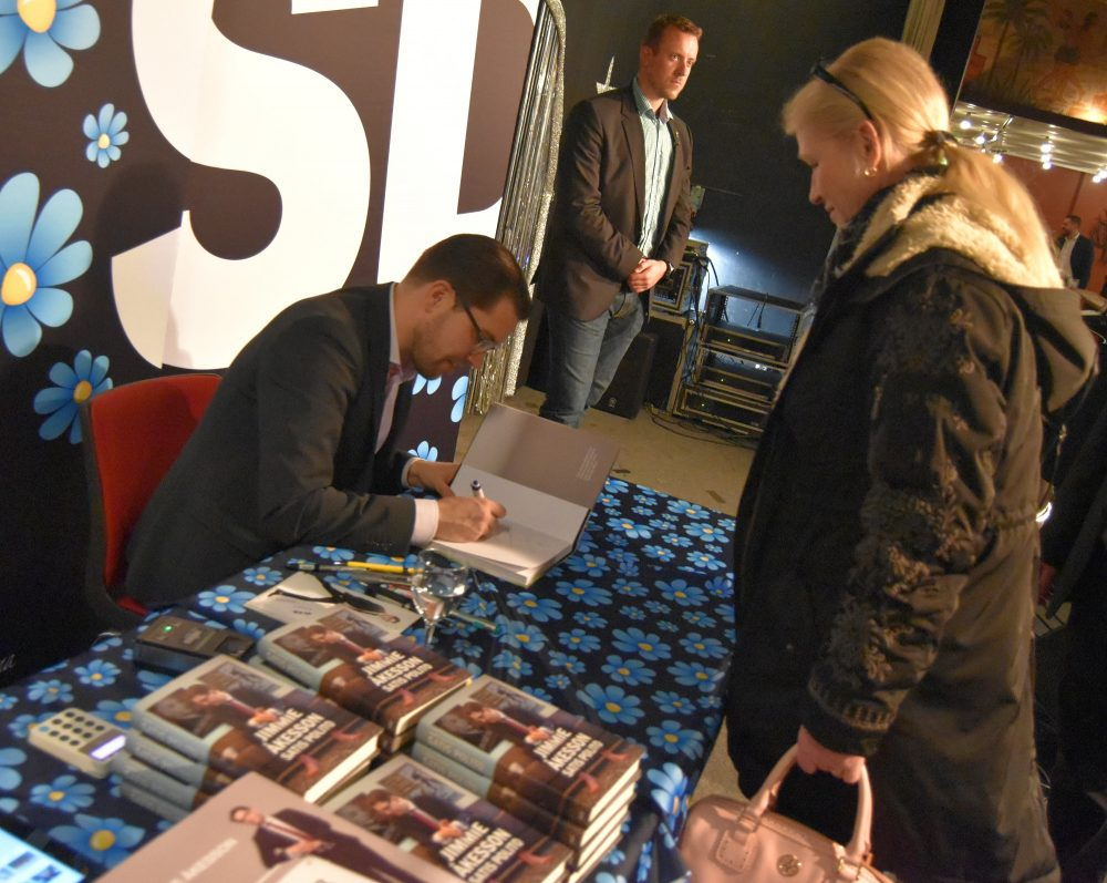 Jimmie Åkesson signerar böcker