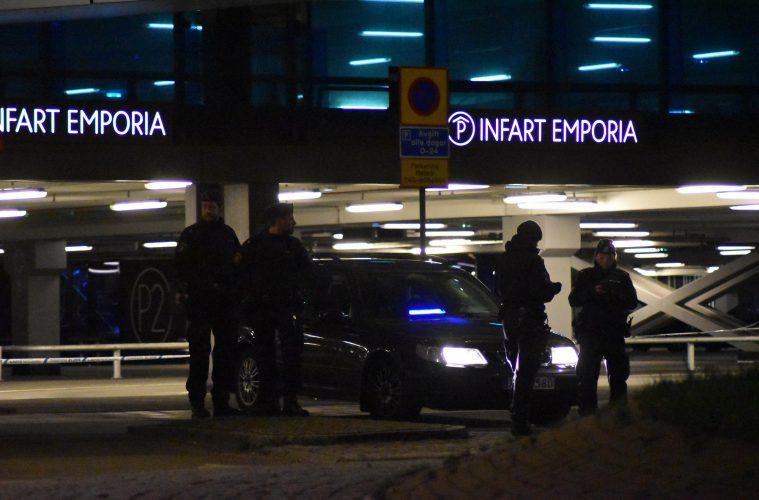 Polis spärrar av entrén till parkeringsgaraget