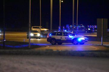Polis spärrar av avfart