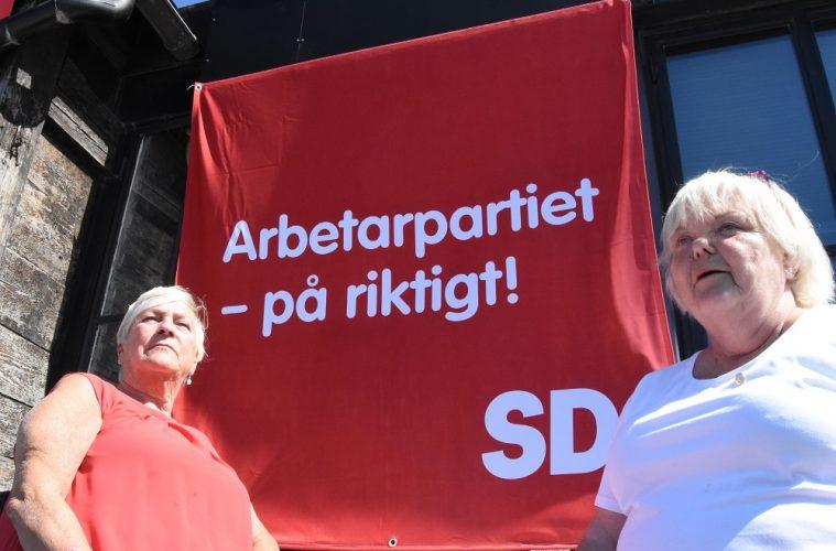 SD-sympatisörer framför Sverigedemokraternas banderoll - Arbetarpartiet på riktigt