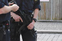 Poliser med förstärkningsvapen