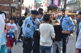 Polis pratar med pojkar